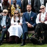 Cooler Auftritt von Ingrid-Alexandra und ihrer Familie: In Tracht und mit Sonnenbrille zeigt sie sich beim Gartenfest im Schlosspark im September 2016. Immer öfter ist sie mit dabei, wenn Prinz Haakon oder Prinzessin Mette-Marit einen Termin absolvieren.