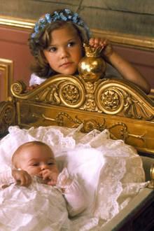 Am 14. Juli 1977 bringt Königin Silvia von Schweden ein Mädchen zur Welt, das auf den Namen Victoria Ingrid Alice Désirée getauft wird. Schwedens küftige Königin ist sie noch nicht. Dazu wird sie erst durch eine Änderung der Erbfolgeregelung 1980. Ihr jüngerer Bruder Carl Philip und Schwester Madeleine kommen auf Platz zwei und drei.