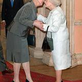 """Monarchinnen unter sich: Queen Elizabeth trifft auf Königin Margrethe von Dänemark, die der """"Kollegin"""" im Mai 2012 zum diamantenen Thronjubiläum gratulieren kann.   32 Jahre gab es drei Königinnen unter den Monarchen der Welt. Seit dem 30. April 2013 sind es nur noch zwei, denn Königin Beatrix dankte ab. Ehe es wieder drei Monarchinnen gleichzeitig gibt, wird noch einige Zeit vergehen, aber die nächste Generation steht schon in den Startlöchern."""