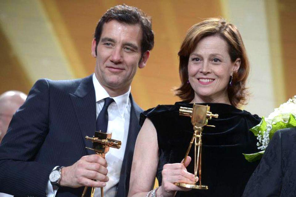 """Clive Owen und Sigourney Weaver freuen sich über ihre Auszeichnungen als """"Beste Schauspieler/in International""""."""