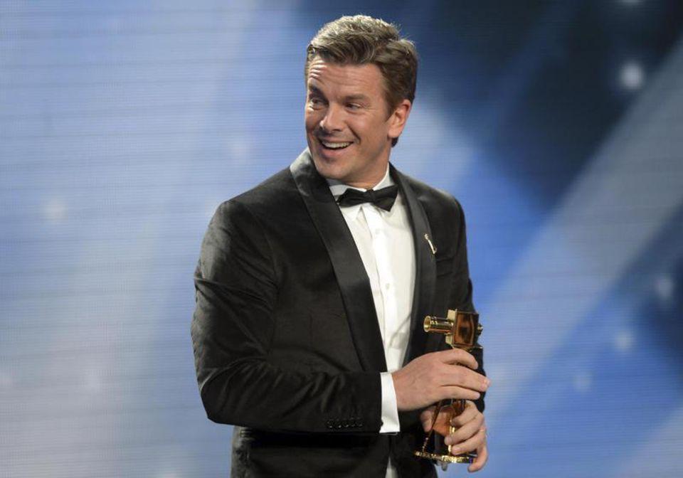 """Markus Lanz freut sich über den Publikumspreis in der Kategorie """"Beste Unterhaltungsshow"""" für """"Wetten, dass...?""""."""