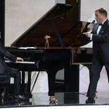 """Hape Kerkeling singt und der chinesische Pianist Lang Lang begleitet ihn. Der Musiker wird in der Kategorie """"Beste Musik International"""" ausgezeichnet."""