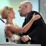 """Helene Fischer hält die Laudatio auf den Graf von """"Unheilig"""", der in der Kategorie """"Beste Musik National"""" gewinnt."""
