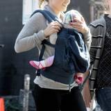 """23. Oktober 2013: Kristen Bell ist wieder am Arbeiten und hat ihre Tochter Lincoln mit zum Set von """"House of Lies"""" genommen."""