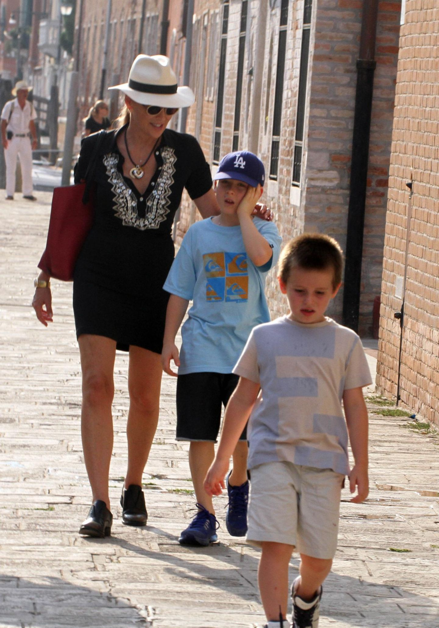 10. Juli 2013: Sharon Stone spaziert mit ihren Adoptivsöhnen durch Venedig.