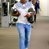 17. September 2013: Mike Tyson landet in Los Angeles und hat von seiner Reise nach Beijing ein paar Stofftiere mitgebracht.