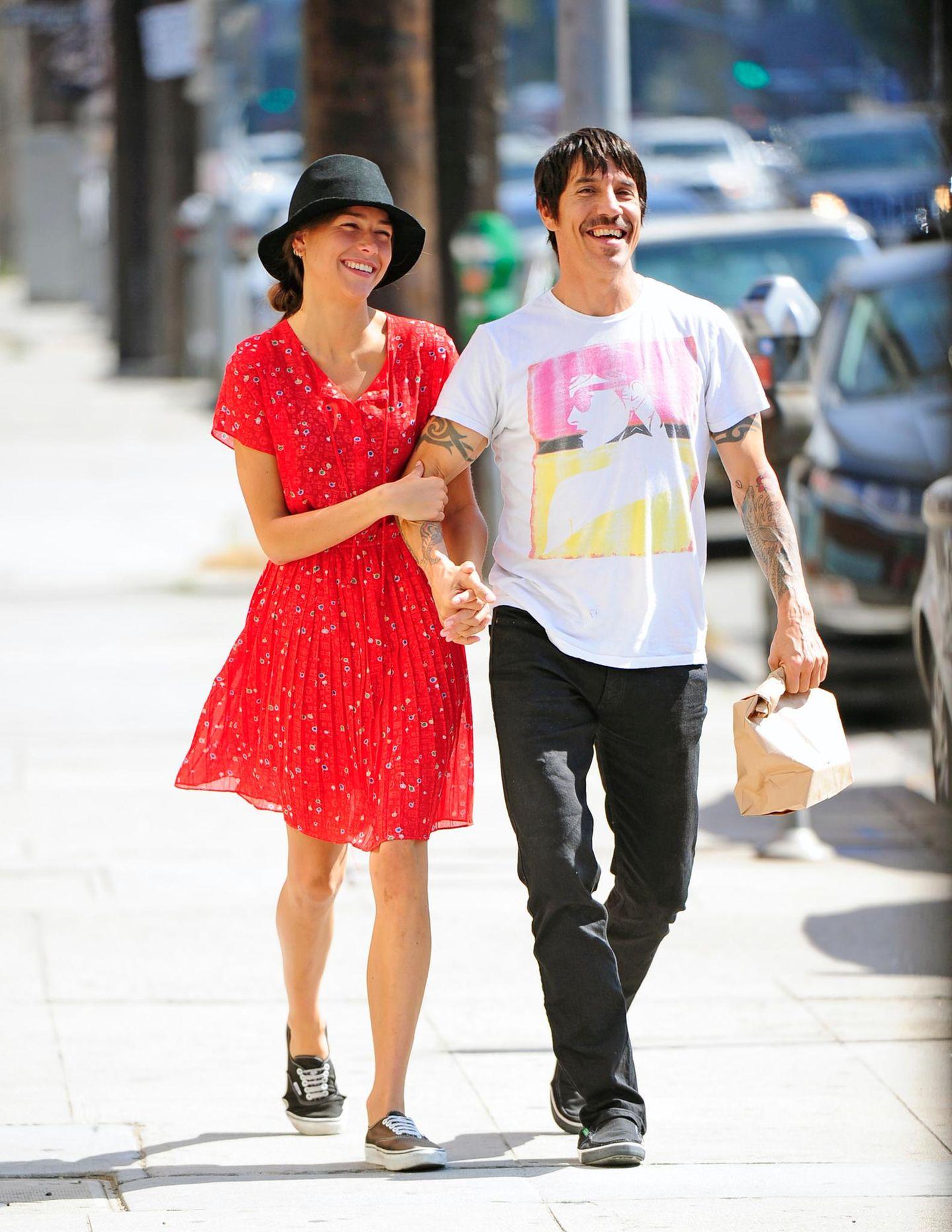 13. August 2013: Anthony Kiedis und Helena Vestergaard kommen bestens gelaunt aus dem Real Food Daily in West Hollywood.