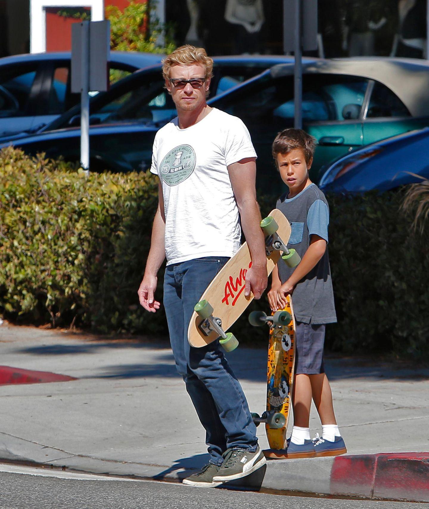 """20. Oktober 2013: """"The Mentalist""""-Star Simon Baker skatet mit seinem Sohn durch Brentwood."""