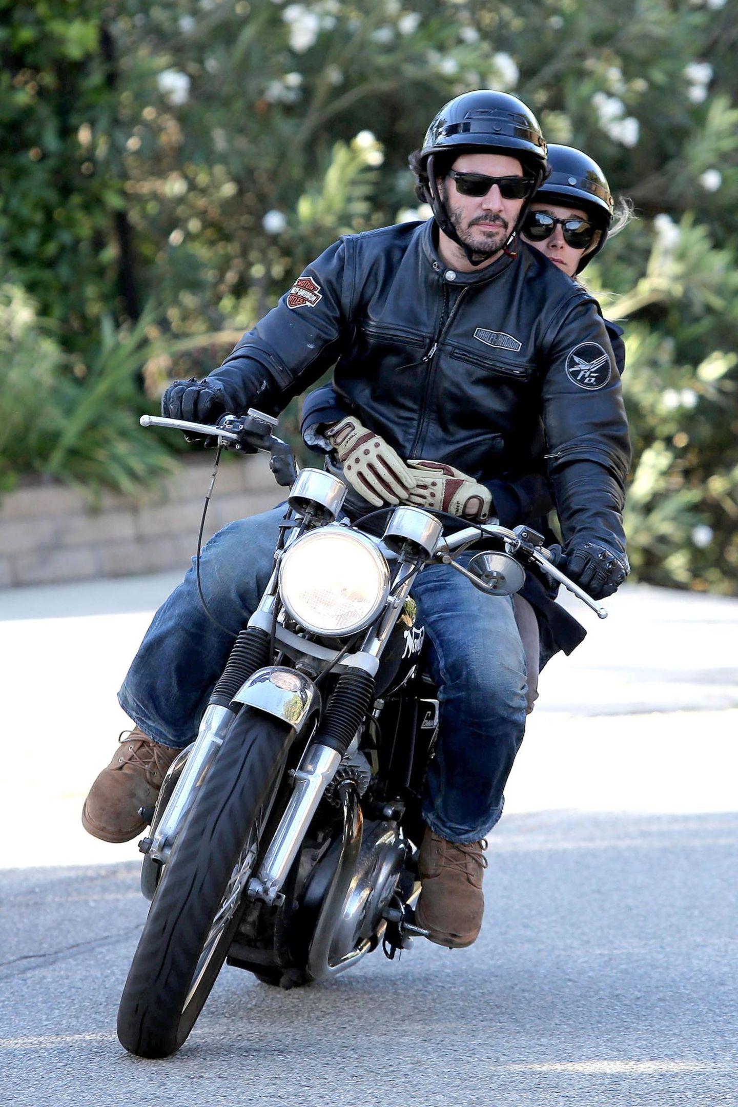 4. August 2013: Keanu Reeves düst eine Runde mit blonder Begleitung durch die Hollywood Hills.