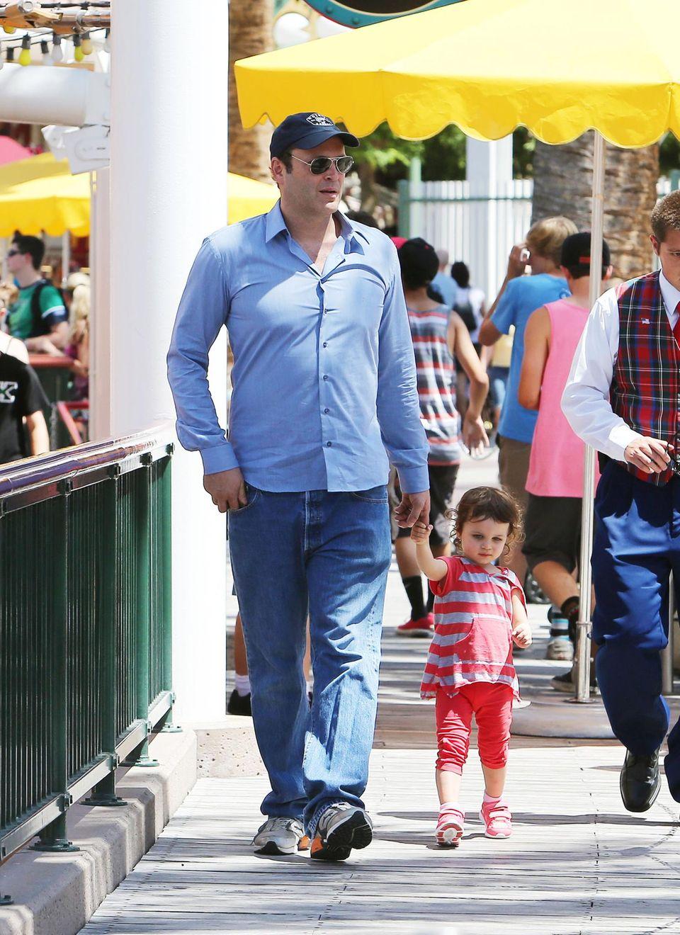 21. Mai 2013: Vince Vaughn spaziert mit seiner Tochter Lochlyn Kyla durchs Disneyland in Kalifornien.