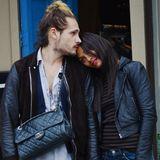 28. Oktober 2013: Zoe Saldana kuschelt sich an ihren Mann Marco Perego während die beiden durch Venice Beach spazieren.