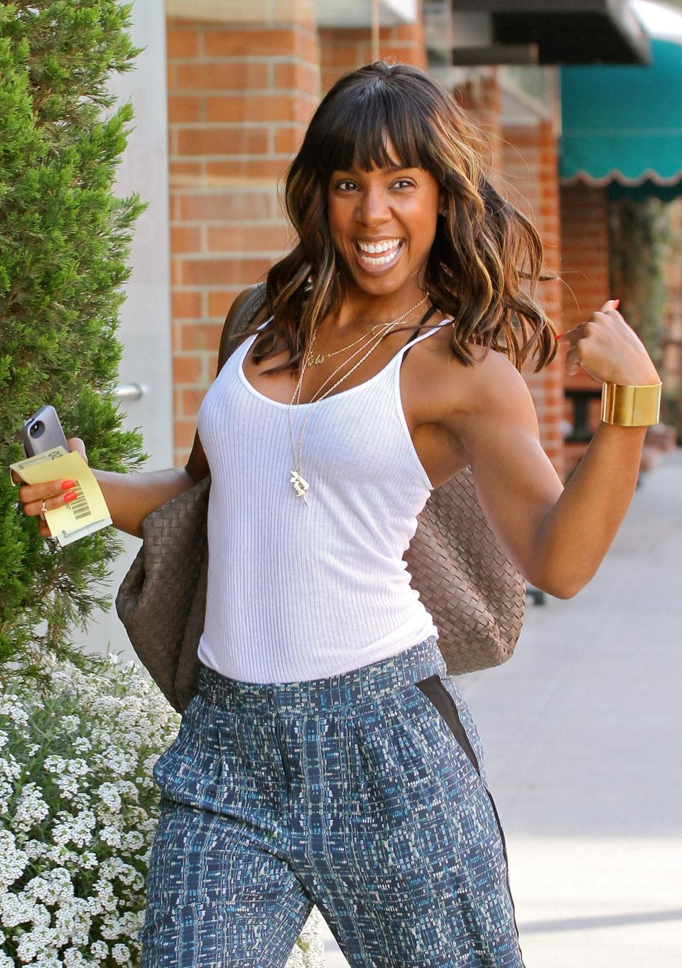 13. August 2013: Kelly Rowland zeigt sich in Beverly Hills und die Fotografen freuen sich.