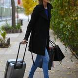 21. November 2013: Model Karlie Kloss kommt aus Madrid zurück nach New York und ist auf dem Weg in ihre Wohnung.