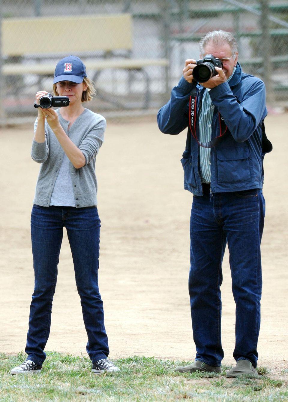 8. Juni 2013: Die stolzen Eltern Calista Flockhart und Harrison Ford verfolgen aufmerksam das Fußballspiel ihres Sohnes Liam.