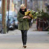 23. November 2013: Michelle WIlliams bringt ein paar frische Blumen mit nach Hause in ihre Wohnung in Brooklyn.