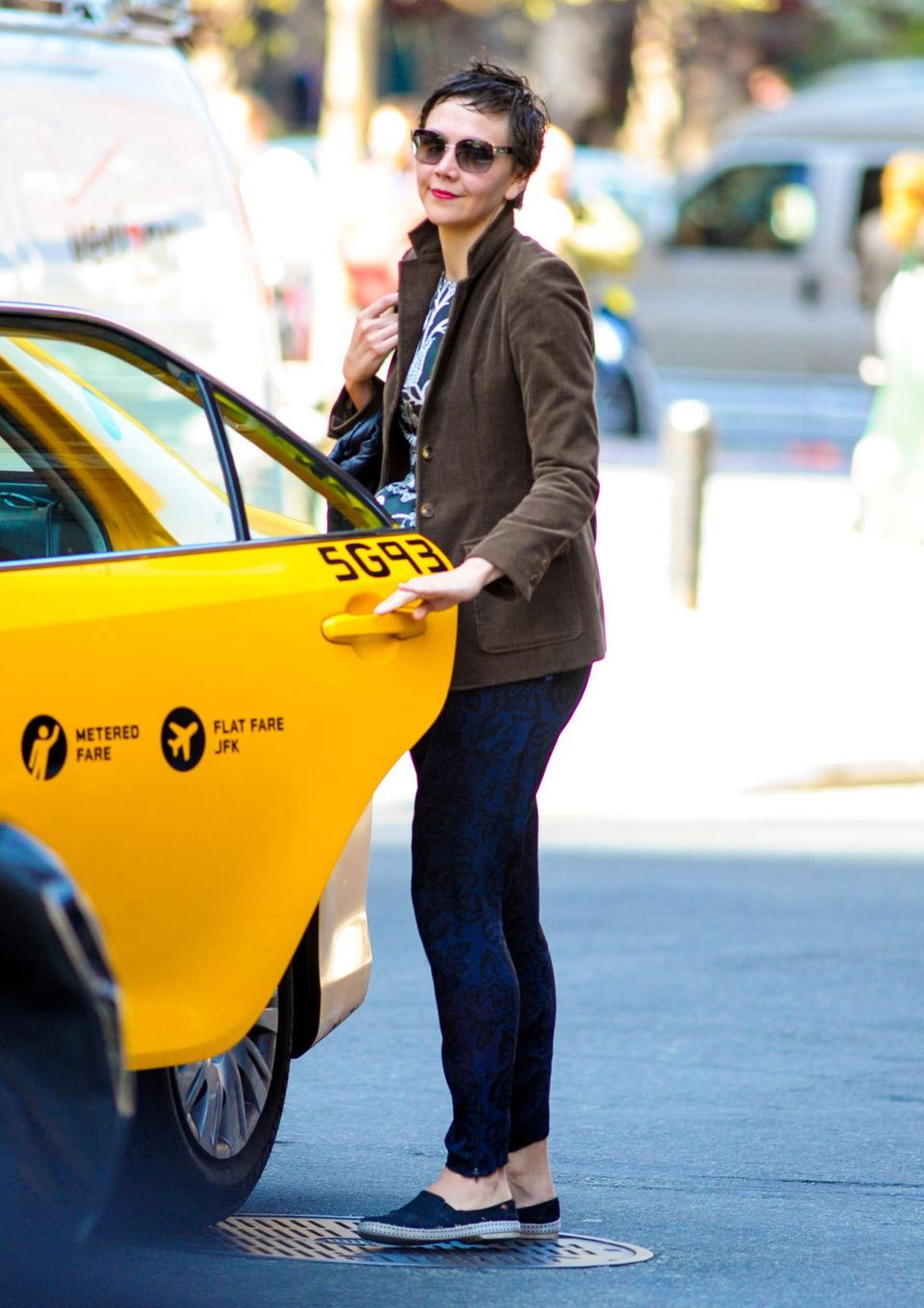 23. April 2013: Gut gelaunt steigt Maggie Gyllenhaal in Tribeca in ein Taxi.