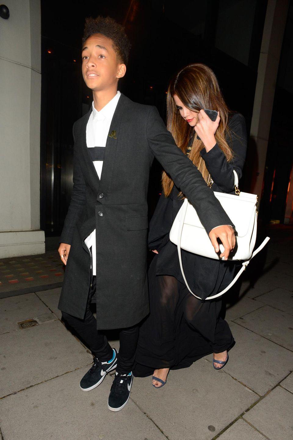 23. Mai 2013: Schützend stellt sich Jaden Smith vor Selena Gomez, als die Beiden ein Restaurant in London verlassen.