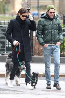 30. Dezember 2013: Zachary Quinto und sein Freund Miles McMillan gehen mit ihren Hunden Gassi im Washington Square Park in Manhattan.