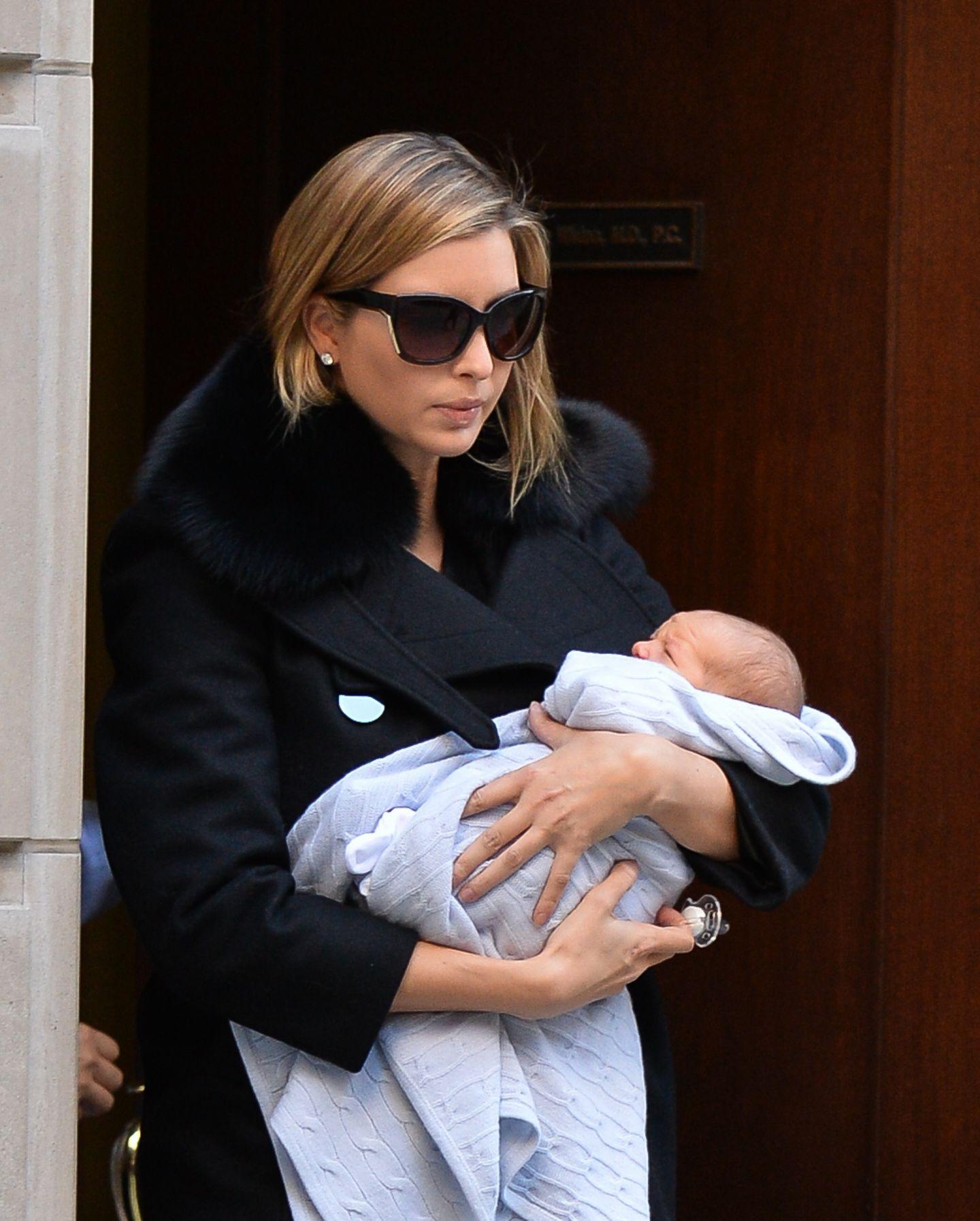 18. Oktober 2013: Ivanka Trump verlässt mit ihrem Baby Joseph Frederick Kushner ihre Arztpraxis in Manhattan.