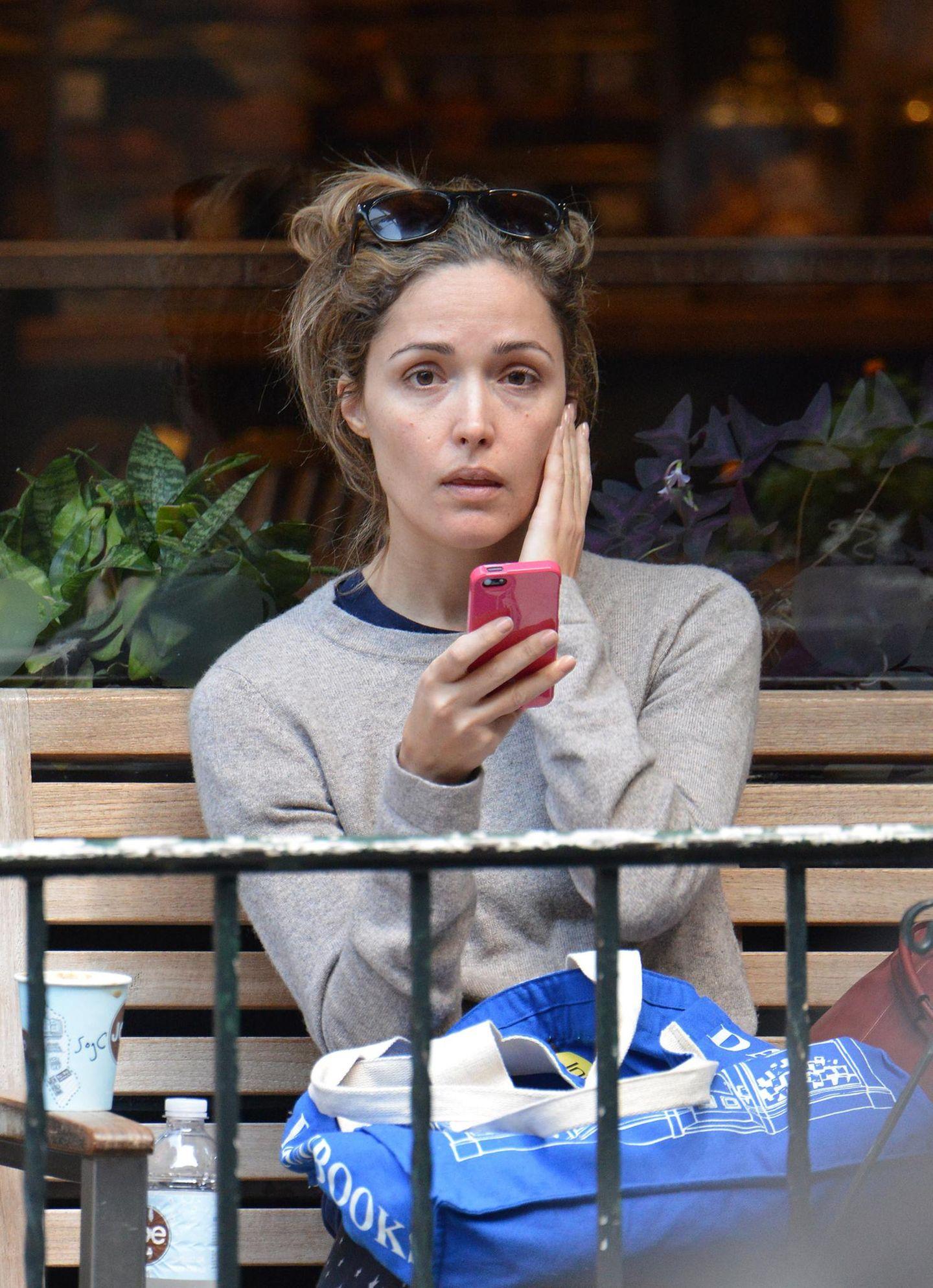 30. September 2013: Rose Byrne nutzt die Zeit am Morgen, um in einem Café im New Yorker East Village wach zu werden.