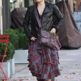 4. Oktober 2013: Helena Bonham Carter spaziert ganz allein durch London.