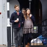 26. Oktober 2013: Der Schauspieler Jamie Dornan und seine schwangere Freundin Amelia Warner sind in Notting Hill in London unterwegs.