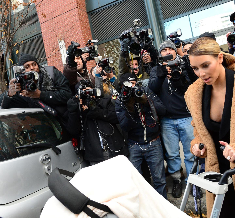 19. November 2013: Wenn Kim Kardashian mit Tochter North West in Manhattan unterwegs ist, dann sind jede Menge Paparazzi in der Nähe.
