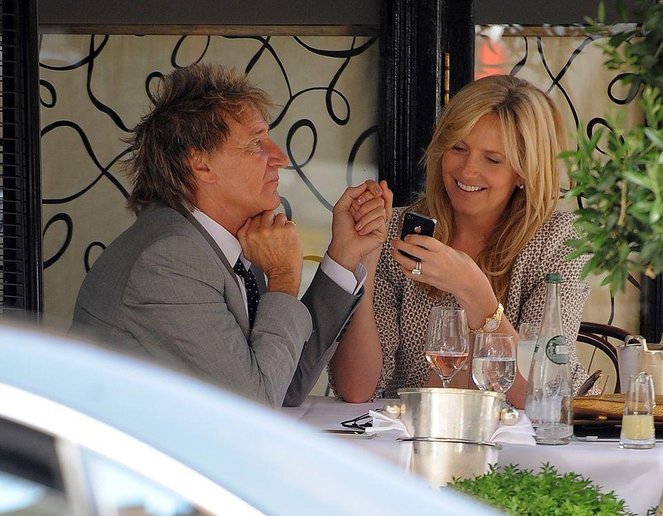"""25. Juni 2013: Rod Stewart und Penny Lancaster essen im """"Scott's Restaurant"""" in Mayfair zu Mittag."""