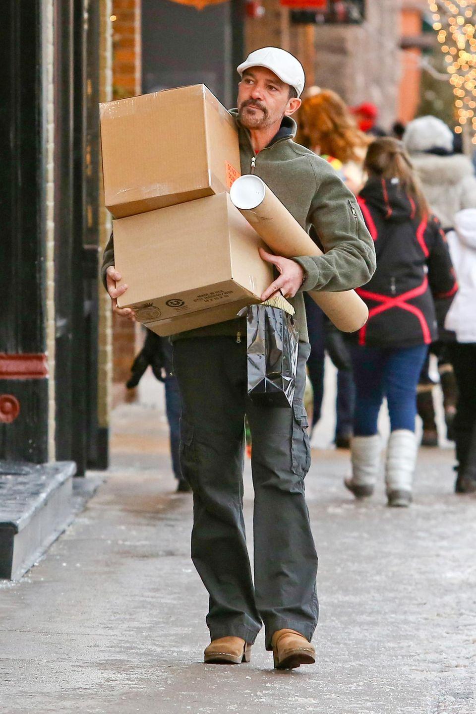 23. Dezember 2013: Antonio Banderas holt in Aspen einige Pakete von der Post ab.