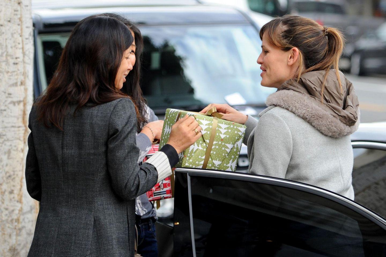 18. Dezember 2013: Bei einem Treffen zum Mittagessen in Santa Monica macht Jennifer Garner ihren Freundinnen ein Weihnachtsgeschenk.