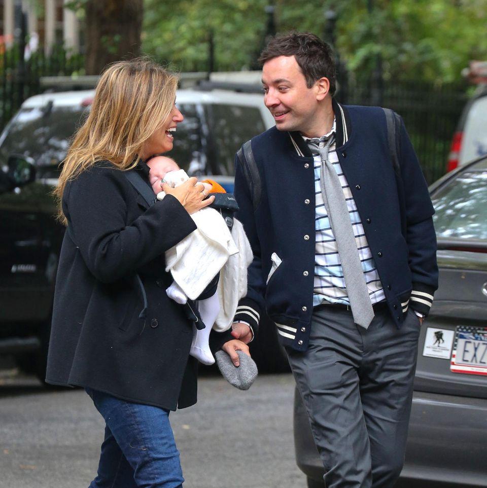 31. Oktober 2013: Talkmaster Jimmy Fallon geht mit seiner Frau Nancy und Tochter Winnie in Manhattan spazieren.