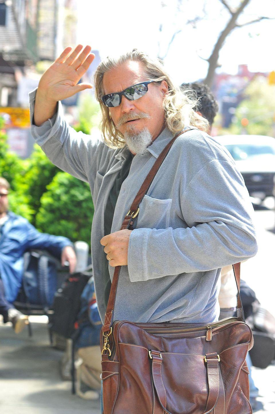 1. Mai 2013: Jeff Bridges grüßt freundlich die Fotografen, die vor seinem Hotel in New York warten.
