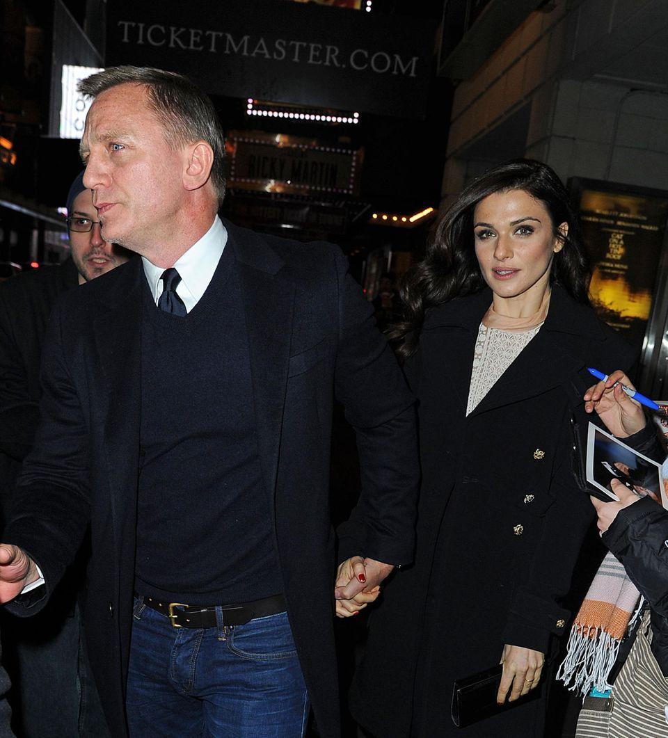 """17. Januar 2013: Daniel Craig und Rachel Weisz schauen sich am New Yorker Broadway die Premiere des Stücks """"Cat on a Hot Tin Roof"""" mit Scarlett Johansson an."""