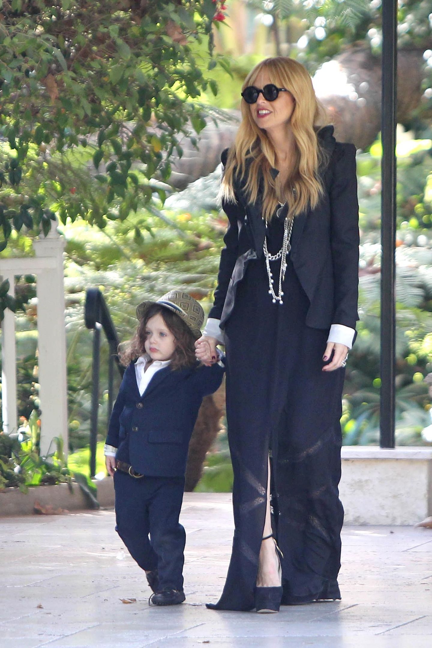 29. Dezember 2013: Eine Woche nach der Geburt ihres zweiten Sohnes zeigt Stylistin Rachel Zoe sich mit ihrem Ältesten Skyler im Hotel Bel-Air.