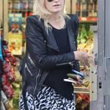 25. November 2013: Neu-Single Malin Akerman wird beim Einkaufen in Beverly Hills gesichtet.