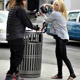 18. Dezember 2013: Genervt schnappt sich Pamela Bach die Kamera von einem Paparazzi und tut so, als wolle sie sie in den Müll schmeißen.