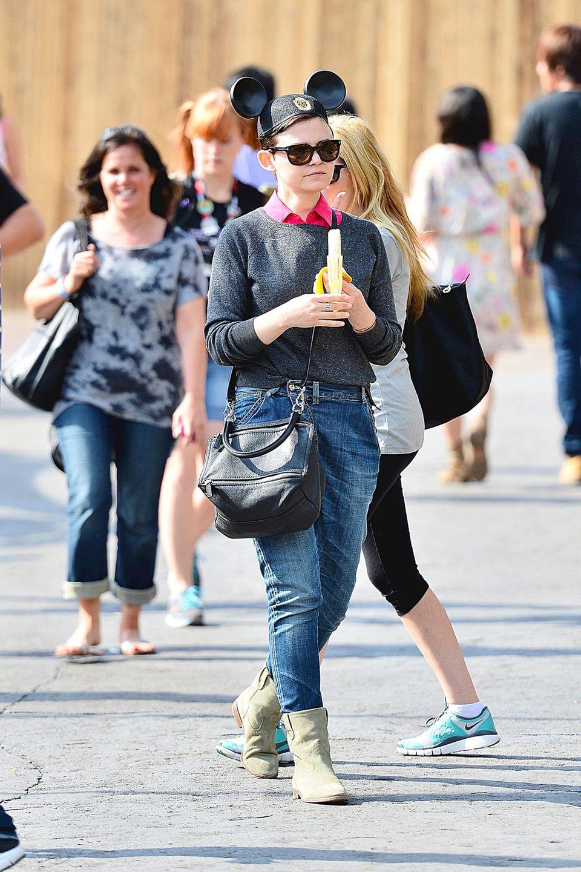 5. Mai 2013: Mit Mickey-Mouse-Ohren auf dem Kopf spaziert Ginnifer Goodwin durchs Disneyland in Kalifornien. Für die Lauferei zwischen den Attraktionen stärkt sie sich mit einer Banane.