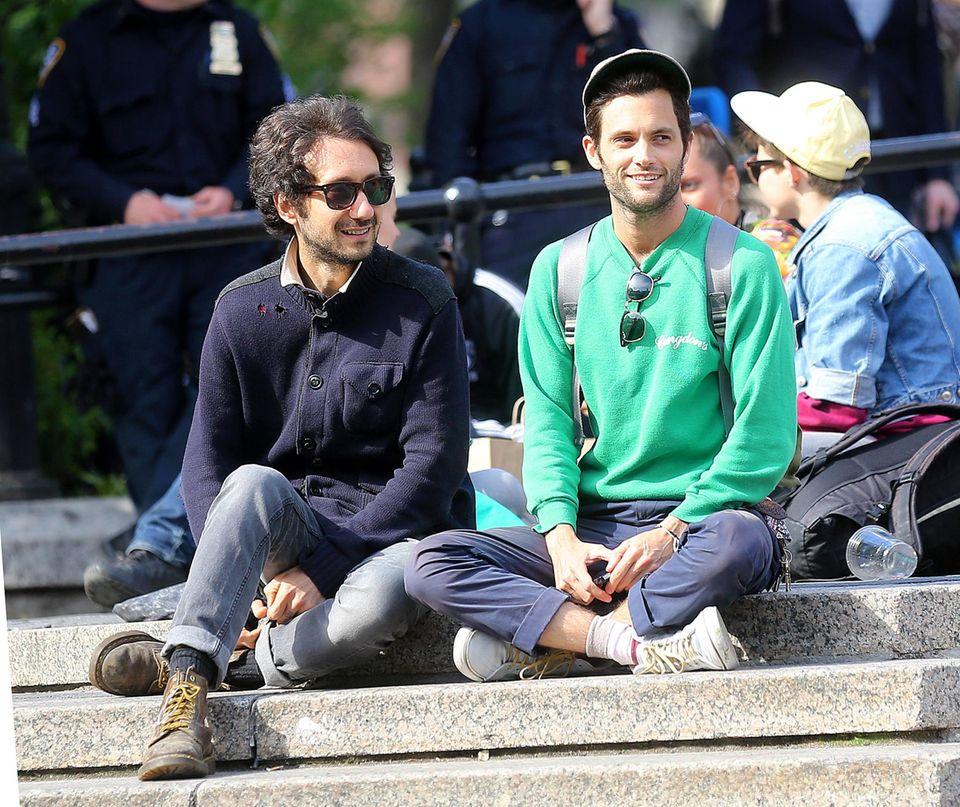 14. Mai 2013: Penn Badgley macht es sich mit einem Freund am Union Square in New York gemütlich.