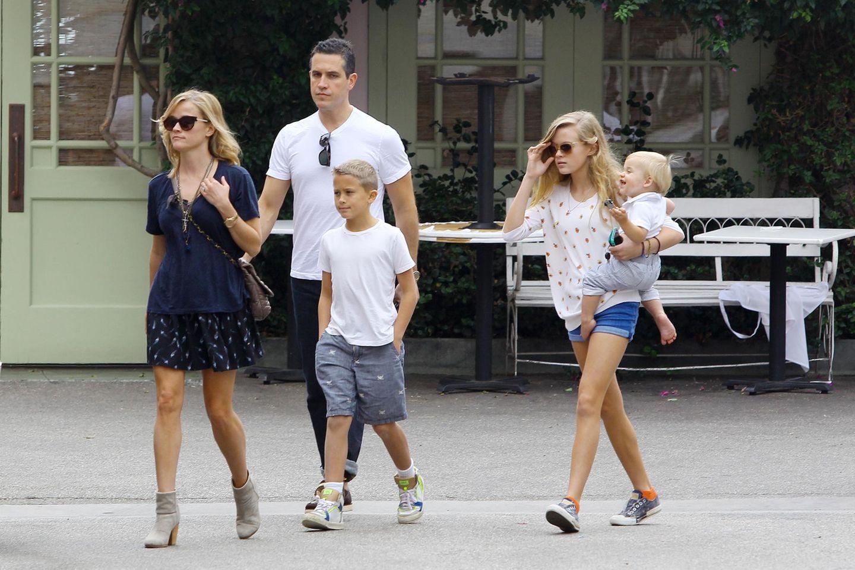 19. Oktober 2013: Reese Witherspoon und Jim Toth sind mit Deacon, Ava und Tennessee auf dem Weg zum Mittagessen in Santa Monica.