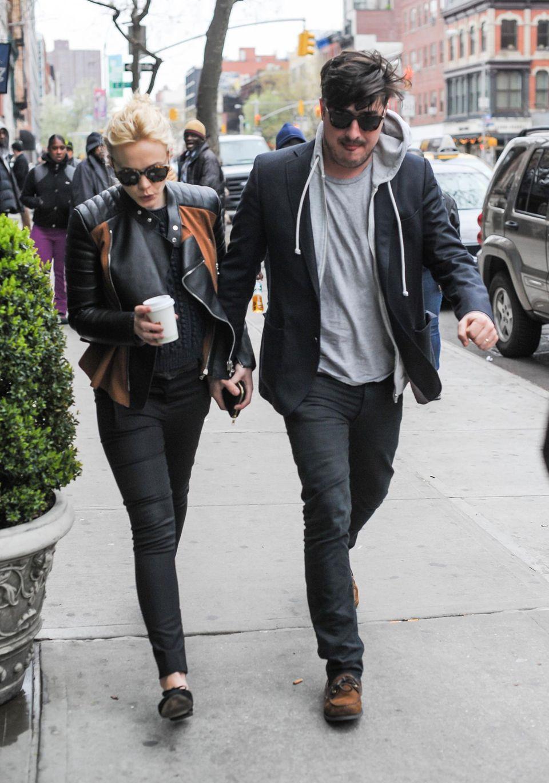 23. April 2013: Zwei Tage nach ihrem ersten Hochzeitstag spazieren Carey Mulligan und Marcus Mumford angestrengt durchs East Village in New York.
