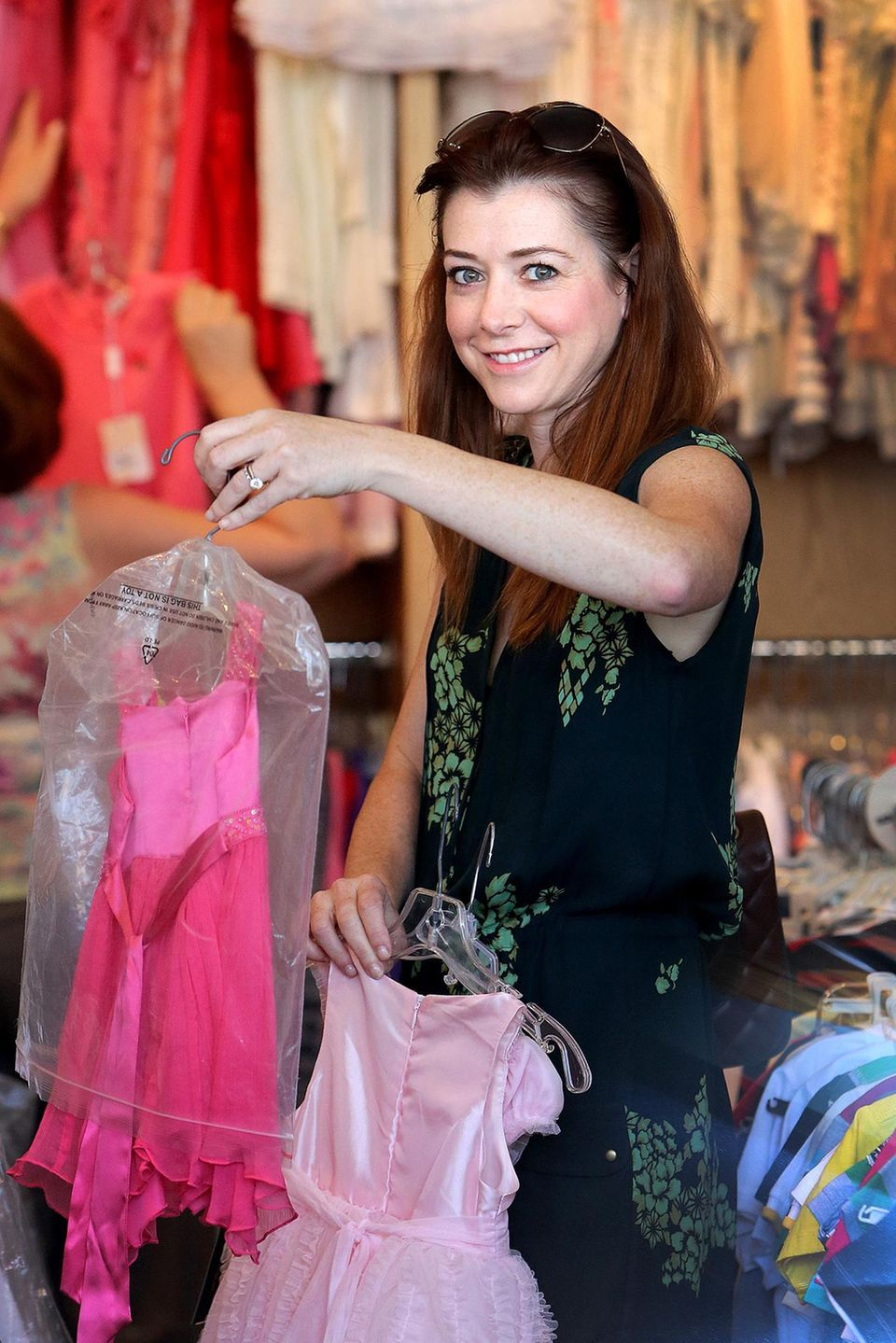 3. September 2013: Alyson Hannigan sucht beim Shoppen in Beverly Hills neue Outfits für ihre Tochter Satyana.