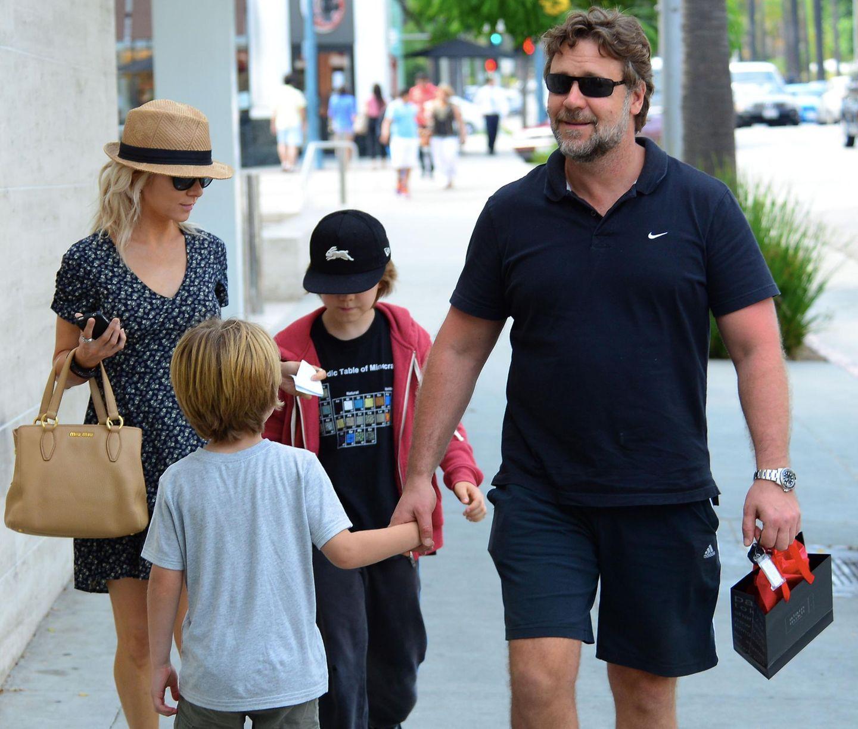 3. Juli 2013: Russell Crowe und seine Noch-Ehefrau Danielle Spencer sind mit ihren Söhnen Charlie und Tennyson auf dem Weg zu einem Spielzeugladen in Beverly Hills.