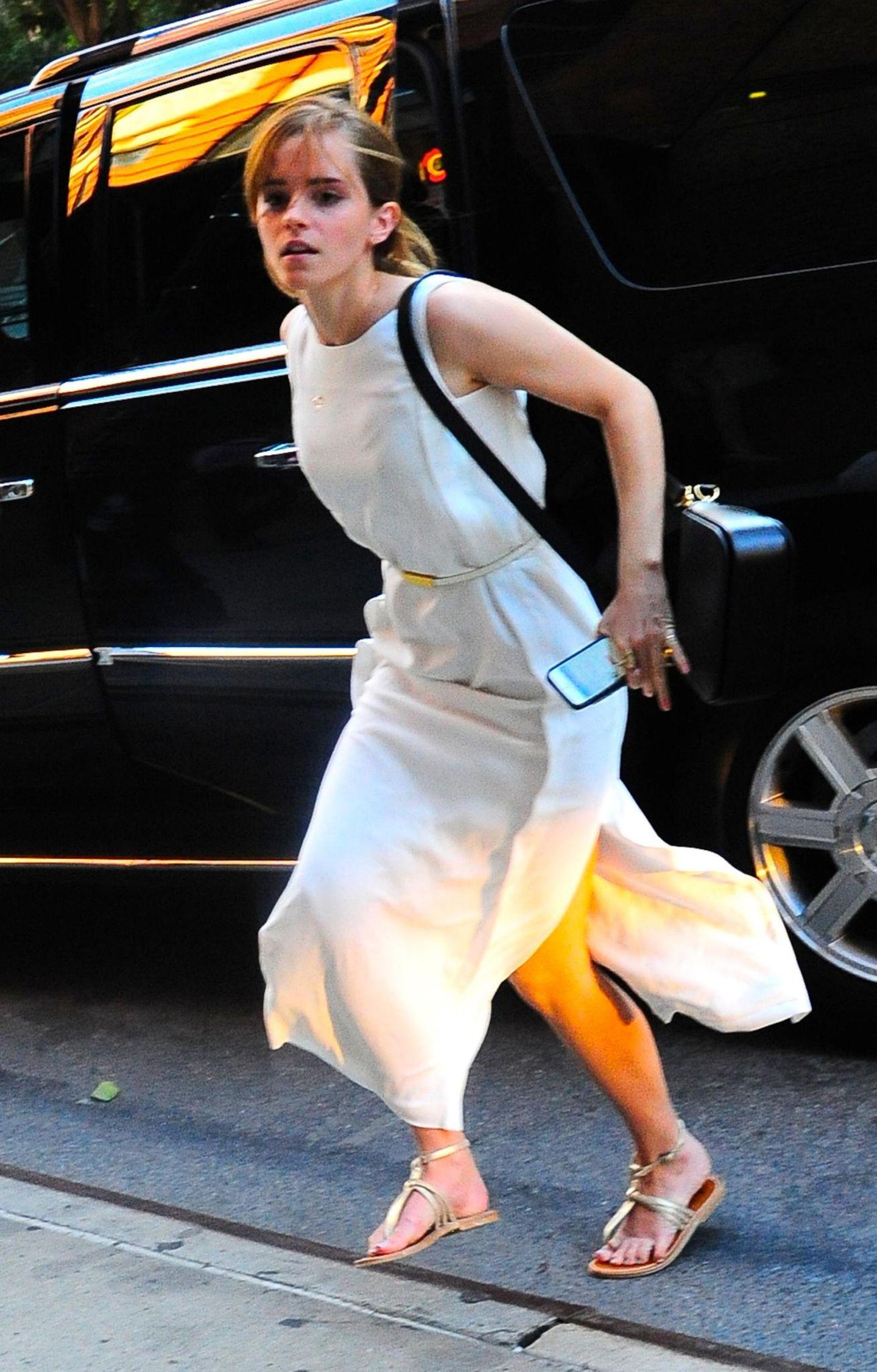 15. August 2013: Emma Watson steigt im New Yorker Stadtteil SoHo aus dem schwarzen Auto aus und hat es sehr eilig.
