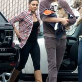 15. November 2013: Ein schwerer Gang: Mila Kunis und Ashton Kutcher bringen seinen kranken Hund zum Einschläfern.