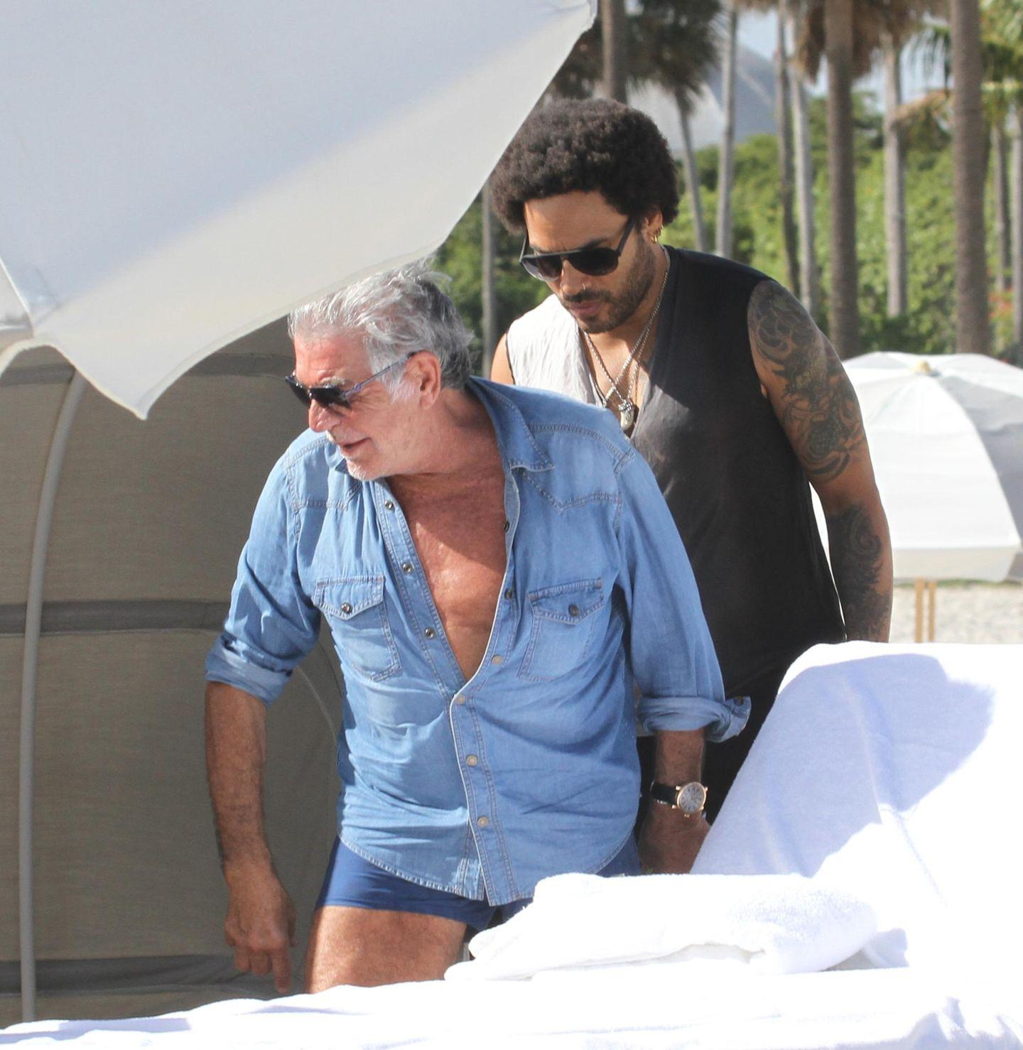 8. Dezember 2013: Roberto Cavalli verbringt mit Freundin Lina Nilson und Lenny Kravitz einen Tag am Strand.
