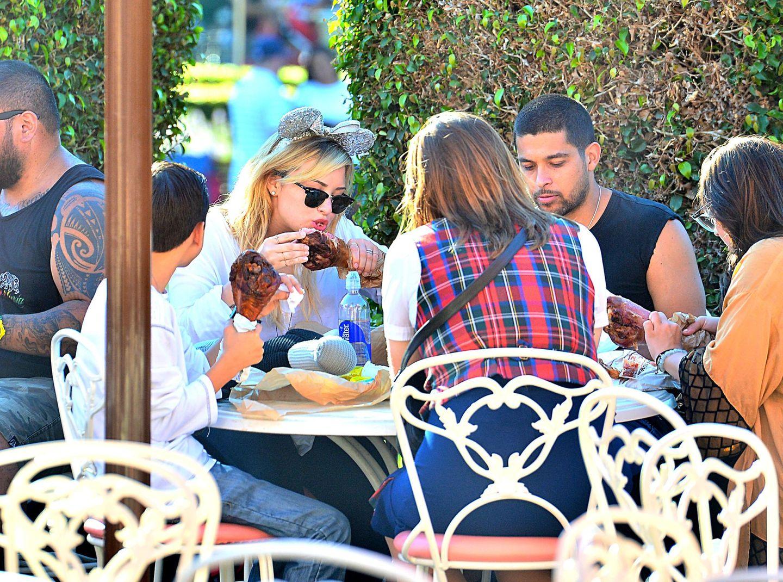 26. August 2013: Demi Lovato macht mit ihrem Freund Wilmer Valderrama einen Ausflug ins Disneyland und lässt sich mit Minnie Mouse Haarschmuck eine Truthahn-Keule schmecken.