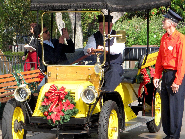 18. November 2013: Noch schnell einen Schnappschuss gemacht und dann fährt Patrick Dempsey eine Runde durch Disneyland.