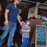 22. Dezember 2013: Leonardo DiCaprio verbringt den Tag mit seinem Patenkind Otis, dem Sohn von Tobey Maguire.