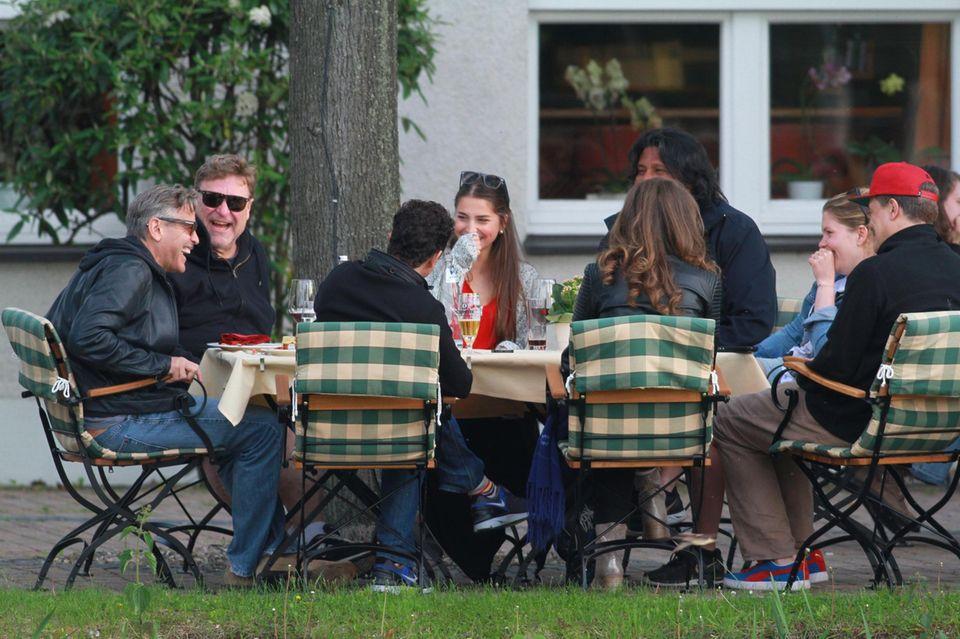 """21. Mai 2013: George Clooney, John Goodman und Matt Damon entspannen sich bei einem Grillabend im Hotel """"Zu den Rothen Forellen"""" in Ilsenburg."""