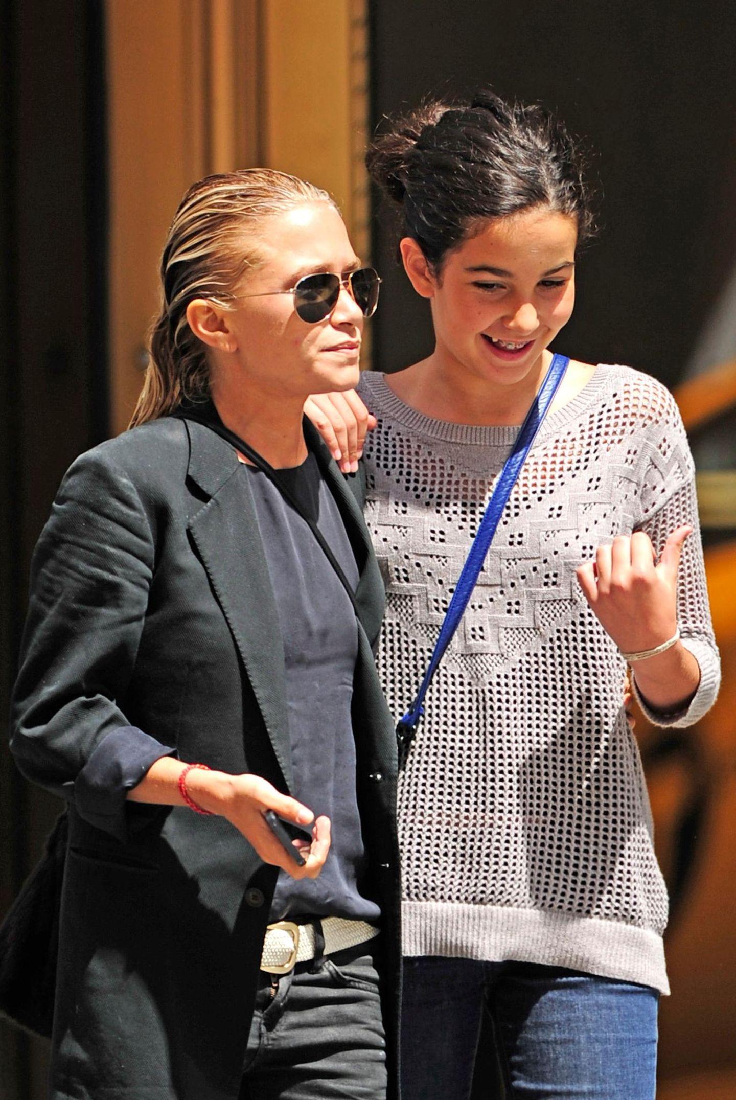 15. August 2013: Mary-Kate Olsen und die einen Kopf größere Tochter ihres Partners Olivier Sarkozy schlendern zusammen durch Manhattans Viertel Tribeca.